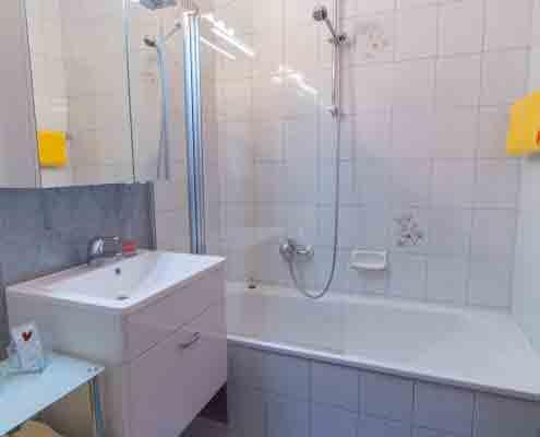 Badezimmer hell und freundlich