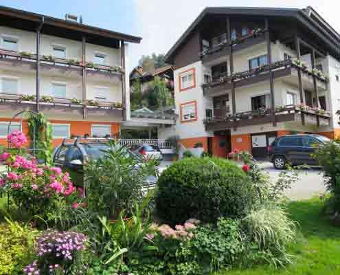 2 Ferienhäuser mit einer Terrasse verbunden