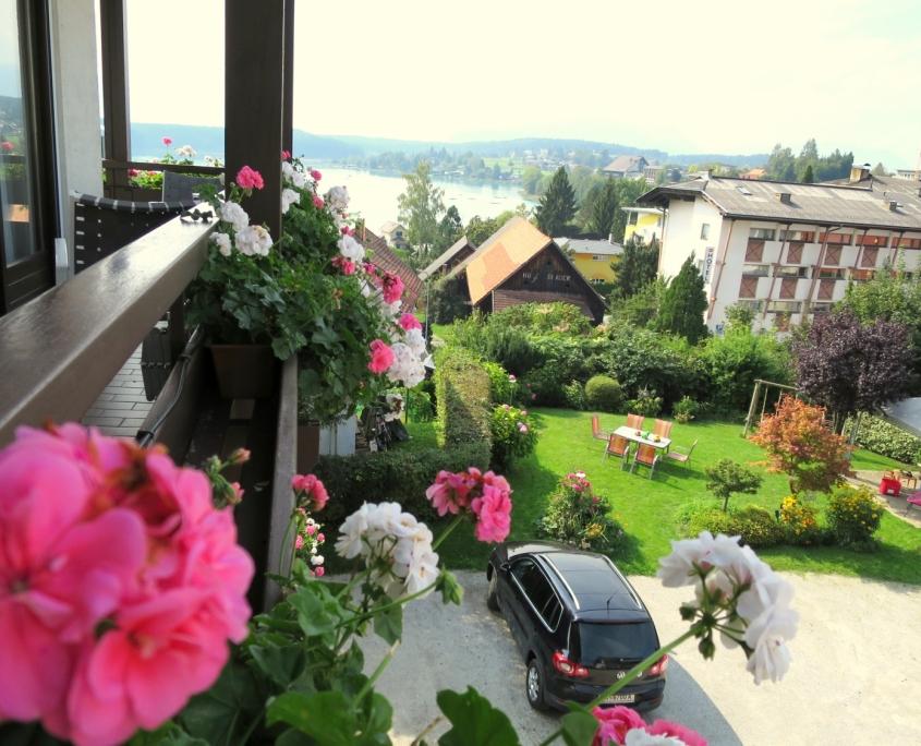 Blick vom Balkon zum See, Garten, Parkplatz