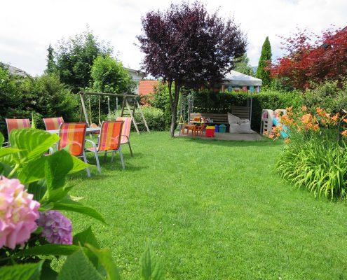 Unser Garten mit Spielecke und Sitzgelegenheit