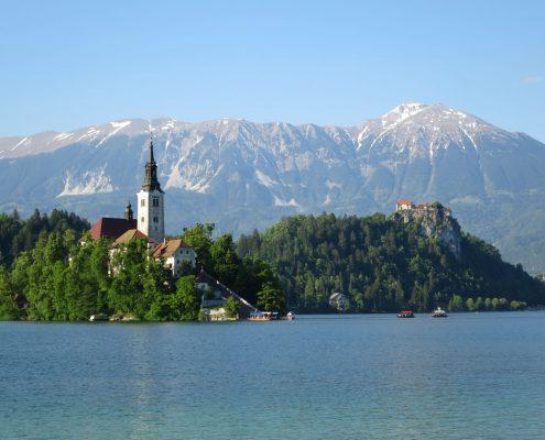 Bleder See mit Kirche, der Burg und den Bergen im Hintergrund