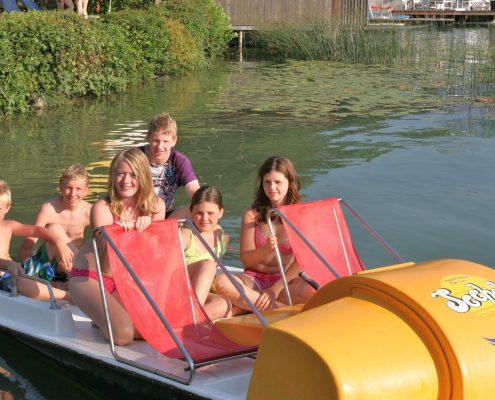 Seehöhe Tretboot mit Familie