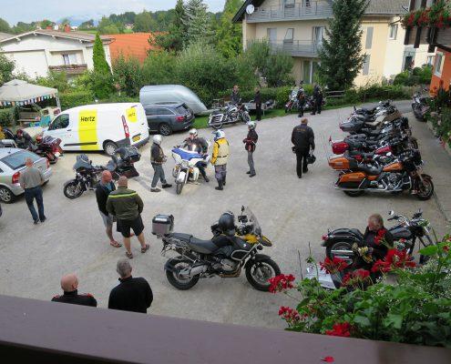 unser Parkplatz mit Harley Davidson Motorrädern