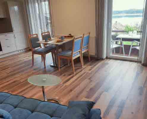 Wohnzimmer mit Küchentisch und Couch und Küchenbereich