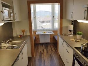 NEUE Küche mit Essplatz in Nische