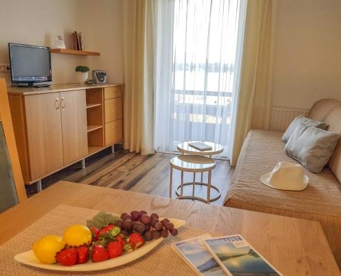 Wohnraum mit Essplatz, Coutsch, Tv, Apartment neu