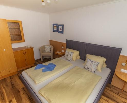 Schlafzimmer und Doppelbett