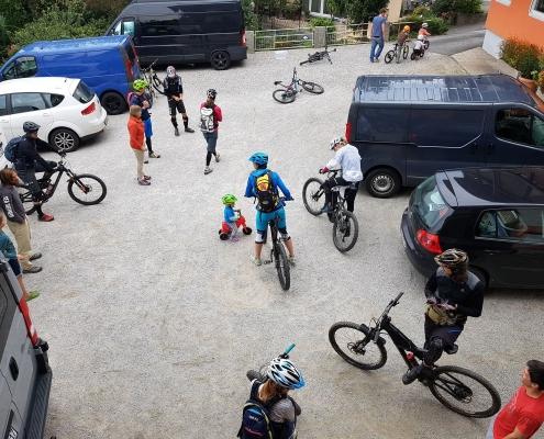 Mountainbiker im Hof
