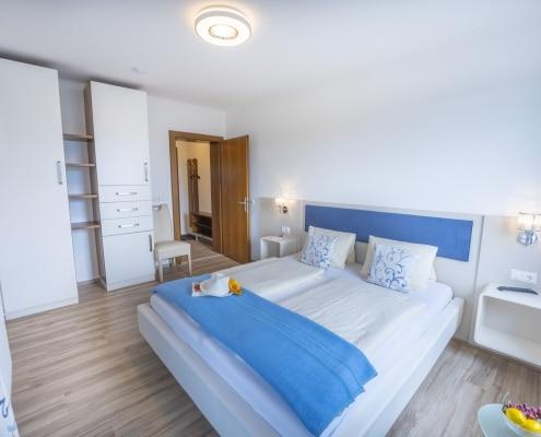 Schlafzimmer 2 mit Balkon und Seeblick Type A